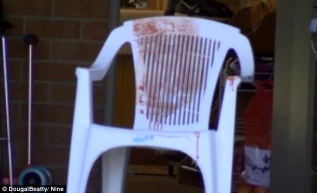 La policía arrestó a la mujer de 24 años de edad después del presunto apuñalamiento (en la foto se ve una silla de la casa de Melbourne)