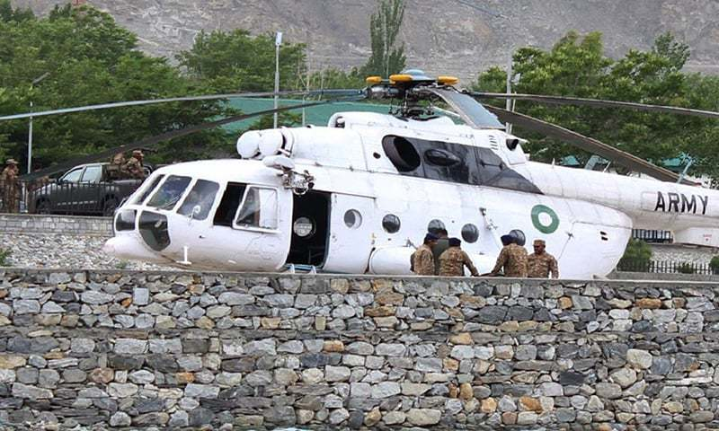 Pakistani soldiers gather beside an army helicopter at a military hospital where victims of a helicopter crash were brought for treatment in Gilgit on May 8, 2015. ─ AFP