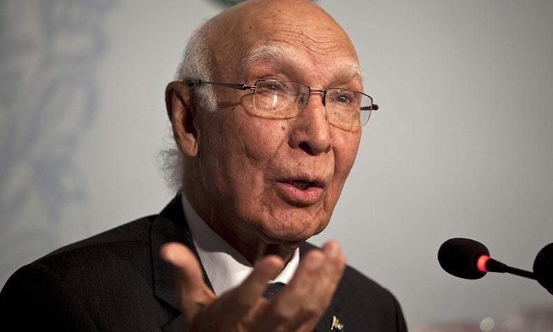 وزیراعظم کے مشیر برائے قومی سلامتی و امور خارجہ سرتاج عزیز—اے پی تصویر۔
