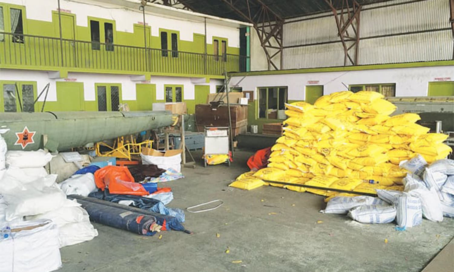 Relief supplies couldn't be choppered out to the rest of country due to an acute shortage of helicopters; by the fifth day of the quake, almost 500 tonnes of aid had been received, but less than 200 tonnes distributed