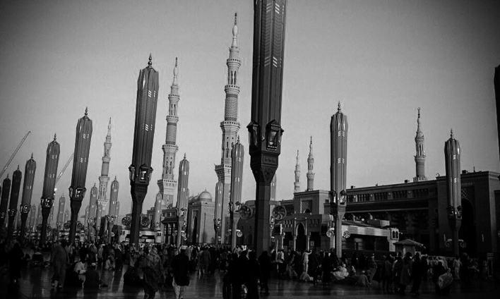 مسجد الحرام کے صحن میں چھاؤں کیلئے نصب خودکار چھتریاں۔