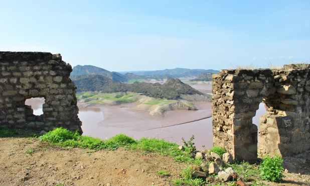 منگلا جھیل کے اوپر قائم یہ قلعہ اگر بحال کیا جائے، تو سیاحوں کو اپنی جانب کھینچ سکتا ہے۔