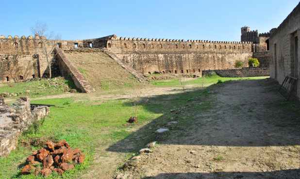 فصیلوں کے ساتھ ڈھلوانیں، توپوں کے لیے کنگرے، اور بندوقچیوں کے لیے تنگ سوراخ تب بنائے گئے جب یہ قلعہ انیسویں صدی میں کشمیر کے ڈوگرا مہاراجہ کے زیرِ تسلط تھا۔