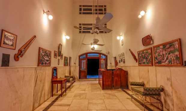 سفید محل اندر سے. — فوٹو سید مہدی بخاری۔