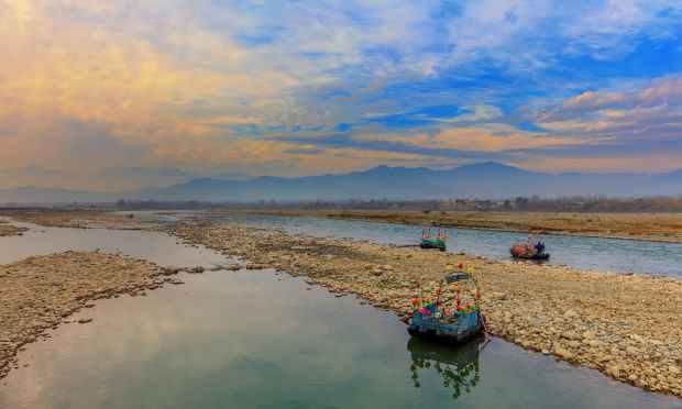 فضا گھٹ کے مقام پر دریائے سوات. — فوٹو سید مہدی بخاری۔