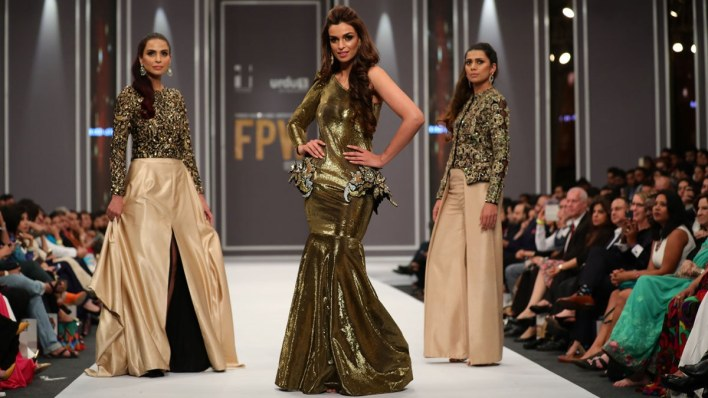 Sahrish Khan as the showstopper for Maheen Khan at FPW 2016.