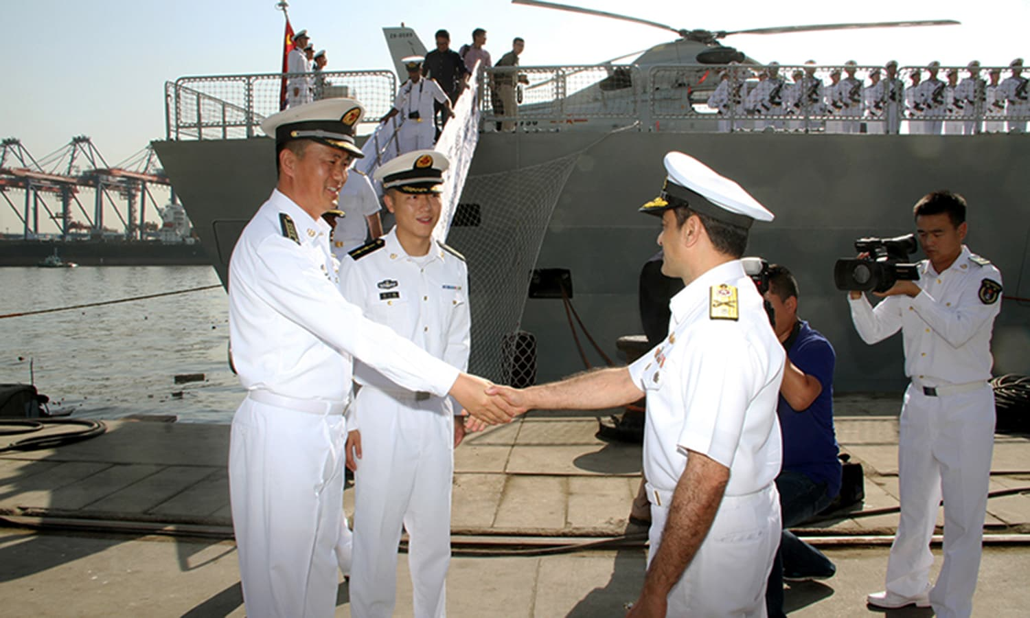 The commanding officer of Chinese Navy ship is being recieved by Pakistan Navy officials at Karachi port. ─Navy PR