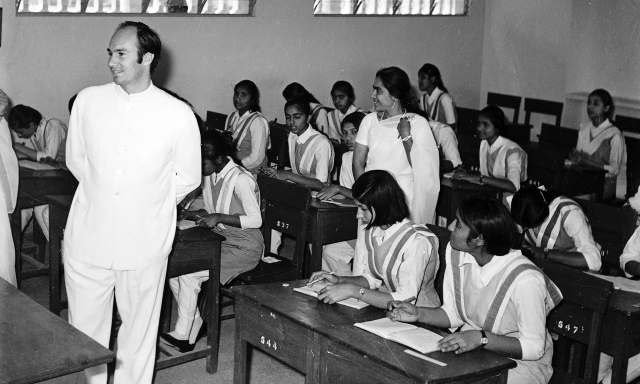 His Highness the Aga Khan meets with students at the Aga Khan III school (Sultan Mohammed Shah Foundation School) at Karimabad, Pakistan in 1970. - Photo credit : AKDN / Cumber Studios