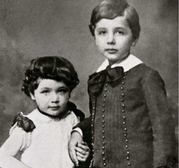 آئن اسٹائن کی بچپن میں اپنی بہن کے ساتھ لی گئی نایاب تصویر—فوٹو: سکسیس اسٹوریز