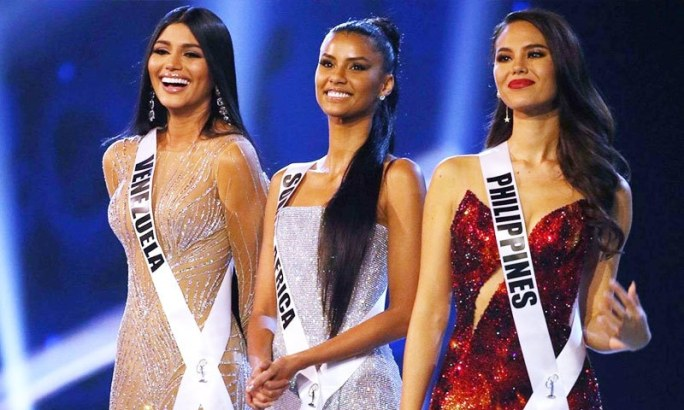 فلپائنی دوشیزہ نے وینزویلا اور جنوبی افریقا کی لڑکیوں کو شکست دی—فوٹو: اے پی