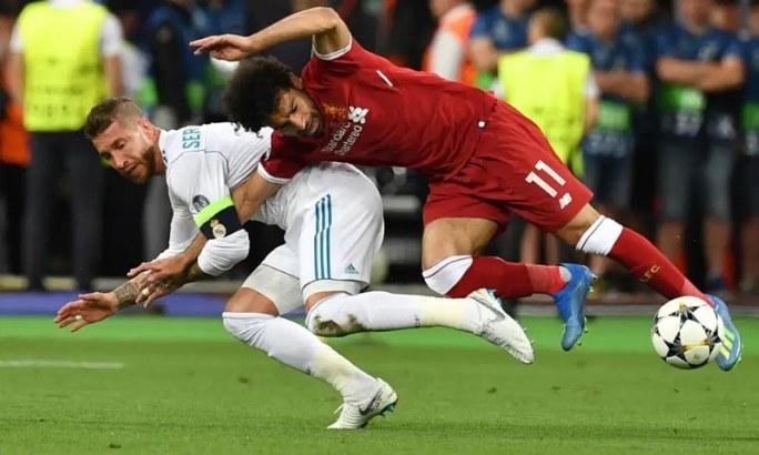 چیمپیئنز لیگ فائنل میں لیورپول کے محمد صلاح پہلے ہی ہاف میں زخمی ہوگئے تھے — فوٹو: اے ایف پی