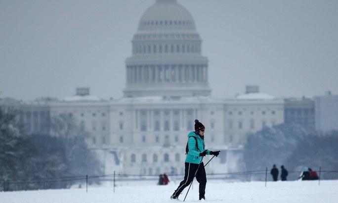 امریکی دارالحکومت میں برف سے محظوظ ہوئے اور اسکی کے لیے بہترین موسم بن گیا—فوٹو:اے ایف پی