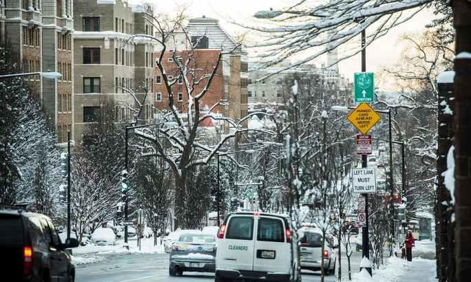 واشنگٹن کی سڑکوں میں بھی برف جم گئی—فوٹو:اے ایف پی