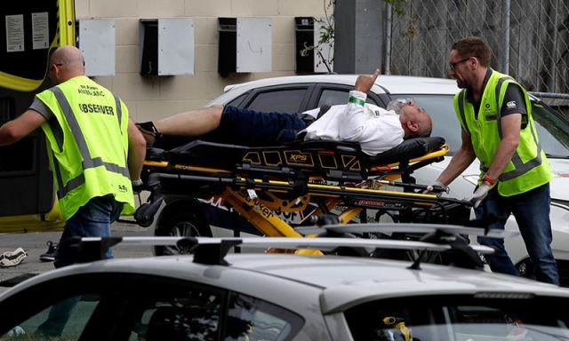 زخمی ہونے والے افراد کو فوری طور پر ہسپتال منتقل کردیا گیا—فوٹو:اے پی