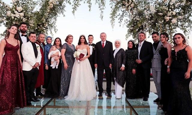 شادی میں دولہا اور دلہن کے قریبی رشتہ داروں اور دوستوں نے شرکت کی—فوٹو: رائٹرز