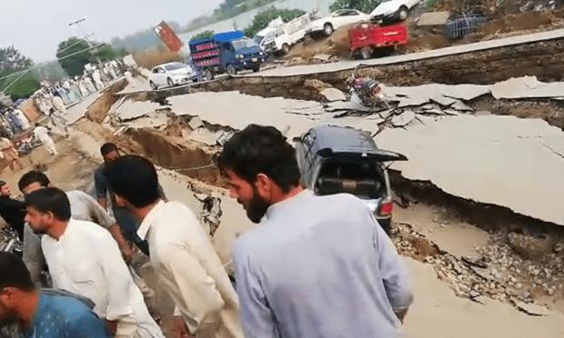 زلزلے سے سڑکیں ٹوٹ گئیں—سوشل میڈیا