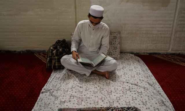 اعتکاف میں شرکت کیلئے لوگ 20 ویں رمضان کو نماز مغرب سے قبل مساجد میں داخل ہوتے ہیں اور عیدالفطر کا چاند نظر آتے ہی اعتکاف ختم ہوجاتا ہے— فوٹو: اے ایف پی