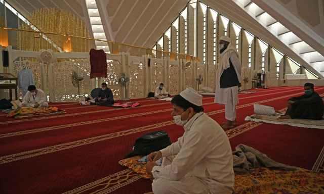 اسلام آباد کی فیصل مسجد میں معتکفین عبادت میں مصروف ہیں— فوٹو: اے ایف پی