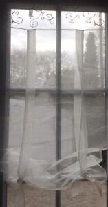 details sur rideau organdi avec ruflette et liens au bas pour fenetre 60x120