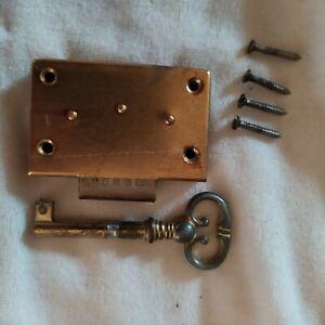 details sur ancienne serrure de porte de meuble type annee 60 70 avec cle et vis vintage