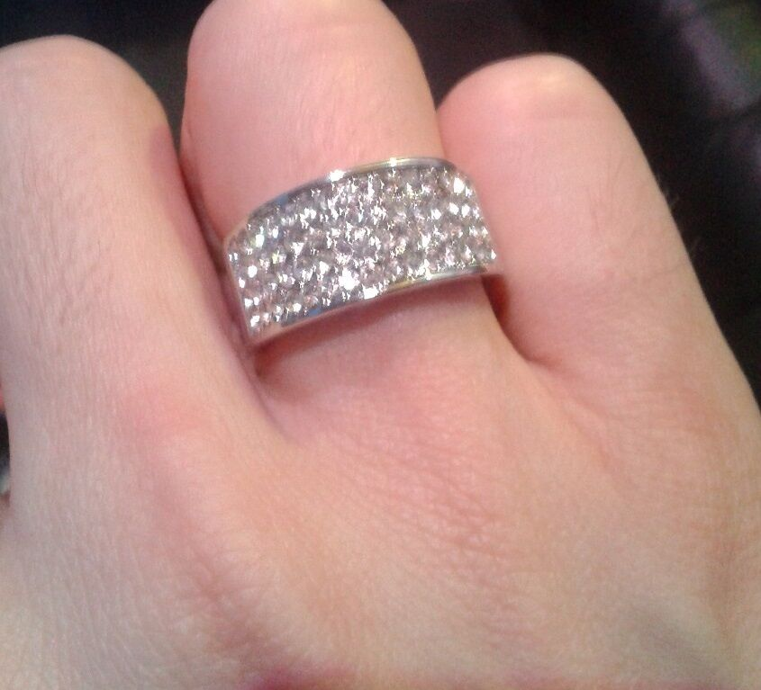 SILVER COLOUR BAND RING WITH DIAMANTE STONES NEW WOMENS