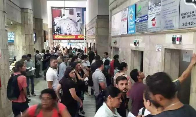 Após a liberação dos bombeiros, entrada do público foi liberada dentro do prédio (foto: Edésio Ferreira/ EM/ D.A Press )