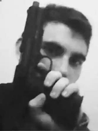 O ex-aluno da escola Nikolaus Cruz, de 19 anos posa com armas nas redes sociais (foto: Reprodução Instagram)