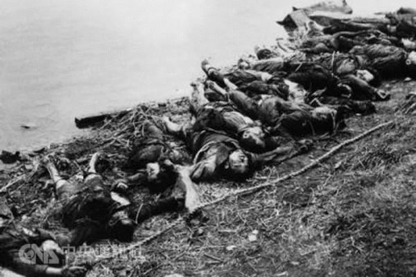 1967年8月13日,被湖南省道縣當地人稱為「亂殺風」的屠殺從道縣開始,擴散至道縣所屬的零陵地區其他地方,一直殺到10月17日才停手。零陵地區道縣等11個縣共有7,696人被殺、1,397人被迫自殺、2,146人致傷致殘。其中道縣有4,193人被殺、326人被迫自殺,占全縣總人口的11。7%。圖為文革中被屠殺的民眾。(網絡圖片)