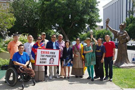 南加藏人協會主席Yangchen Gakyil(前排左二)等也到場支持,並再度為20年前失蹤的當時年僅6歲的十一世班禪喇嘛呼籲。(劉菲/大紀元