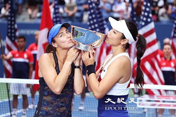 詹咏然与辛吉丝(Martina Hingis)亲吻冠军奖杯(摄影:大纪元/宋升桦)