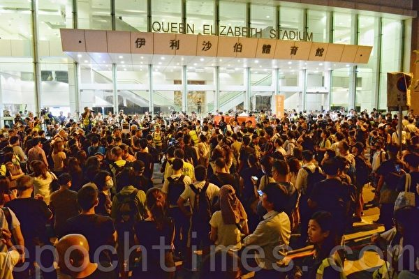 組圖:林鄭「對話會」場外大批民眾抗議