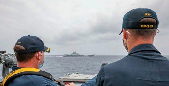 美军战舰航行了很短距离,美国军官抬起脚来监视辽宁舰  穆斯丁号航空母舰  菲律宾海  指挥官