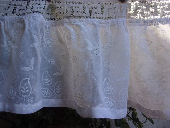 une paire de petits rideaux brodes tissus anciens et dentelles anciennes brise bise