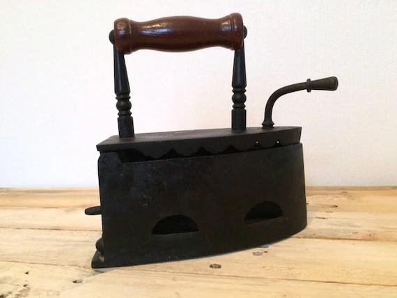 ancien fer a repasser a charbon des annees 1920 vieux fer a repasser objet decoratif en fonte fer a repasser a braises