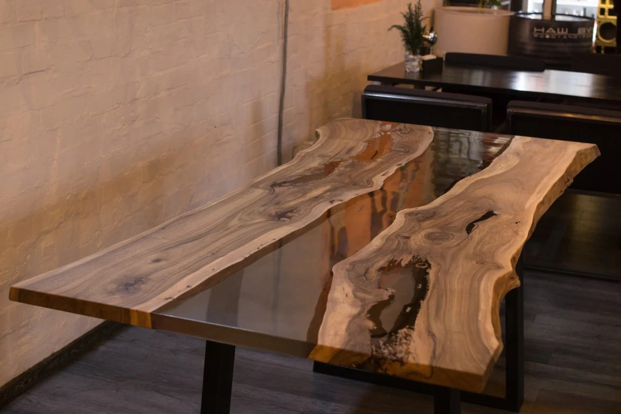 table avec epoxy resine table dinante epoxy riviere noyer table resine table en bois massif