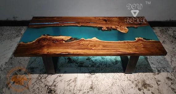 table basse en resine personnalisee avec resine epoxy bleue et bois de rose de qualite