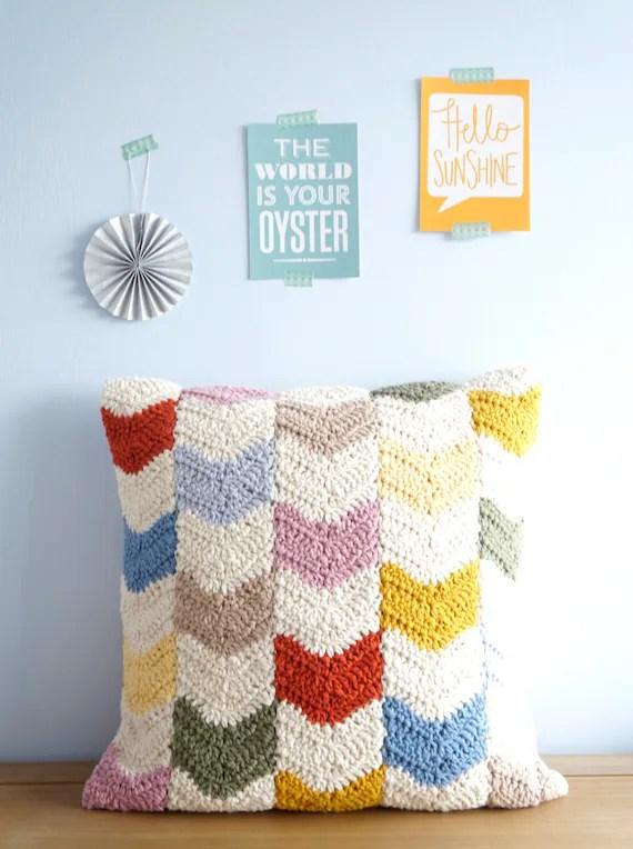 crochet moderne motif coussin chevron design oreiller geometrique cadeau pour elle crochet pour les femmes lounge decor crochet colore