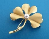 Signed Giovanni Mid Century Vintage Goldtone Leaf Faux Pearl Flower Brooch Pin - Lovely