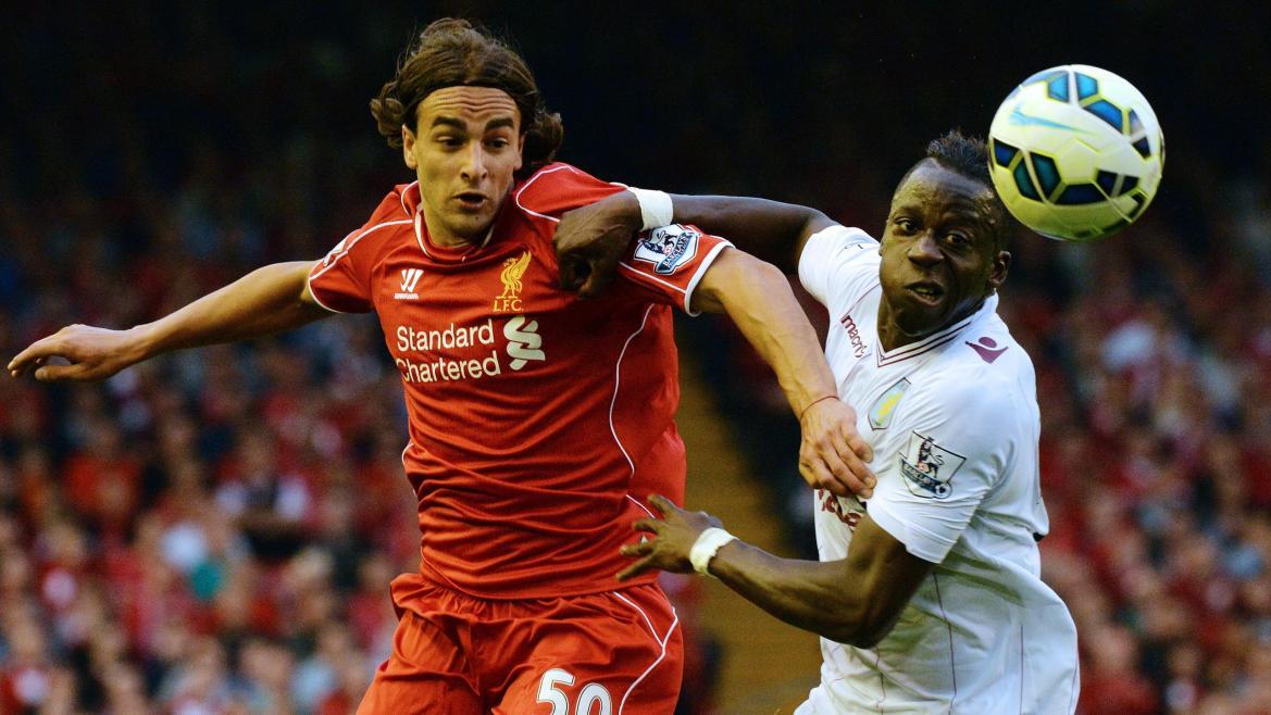Duel entre Lazar Markovic (Liverpool) et Aly Cissokho (Aston Villa) en Premier League 2014/2015 à Anfield, le 13 septembre 2014
