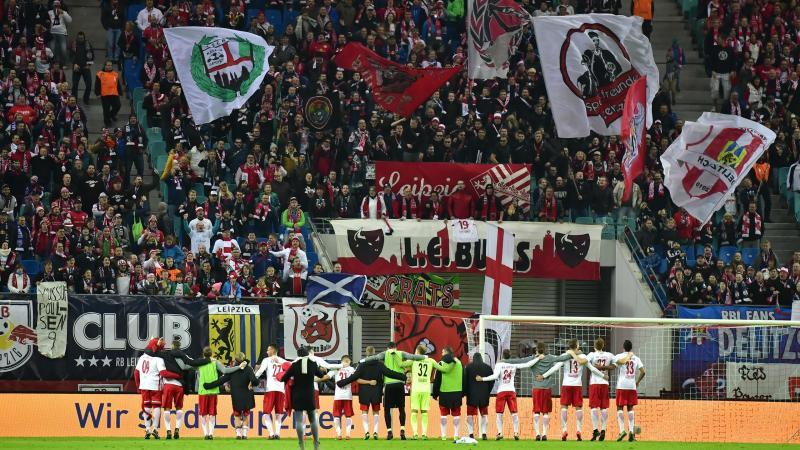 Lojtarët e RB Leipzig festojnë me fansat pas fitores së parë në divizionin e parë të futbollit gjerman