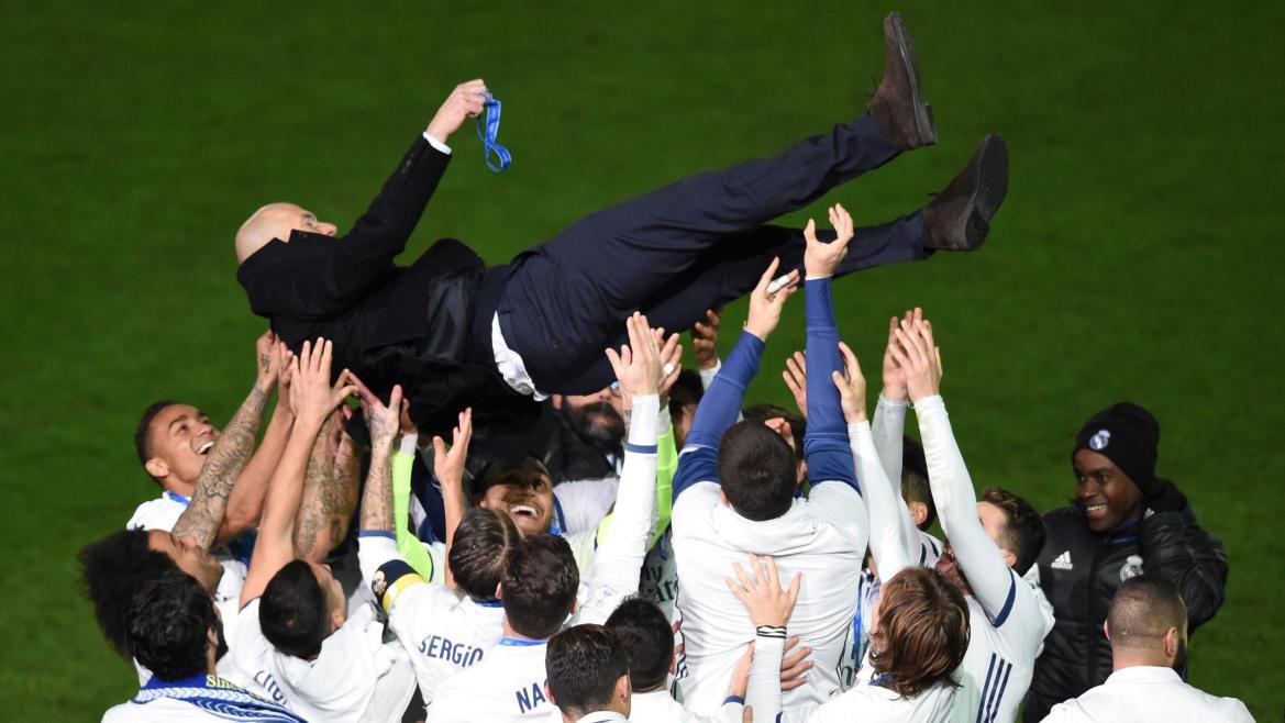 Zinedine Zidane fêté par ses joueurs du Real Madrid après le Mondial des clubs
