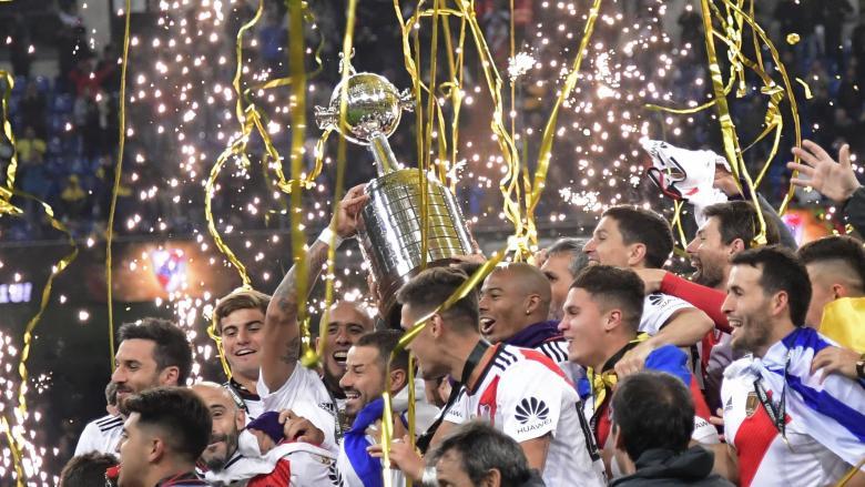 I giocatori del River Plate sollevano al cielo di Madrid la Copa Libertadores 2018. Foto: Getty Images.
