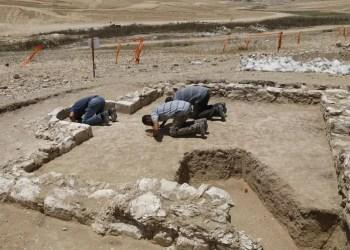 Des Musulmans travaillant sur les fouilles prient dans la mosquée découverte.