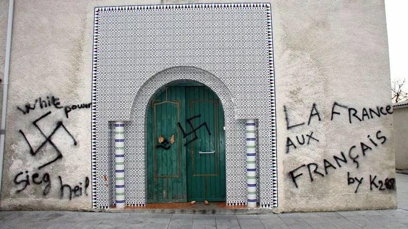 Dégradations sur la façade de la mosquée de Castres, le 13 décembre 2009.