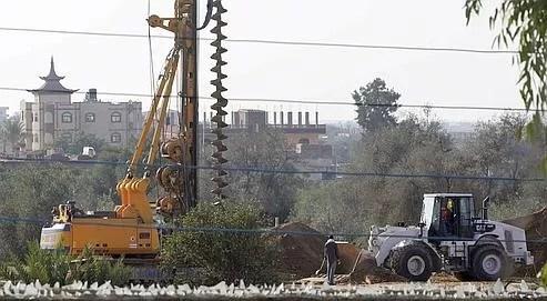 Des foreuses creusent le sol le long de la frontière avec Gaza, côté égyptien, pour installer des feuilles de métal en profondeur et empêcher ainsi la contrebande via les tunnels.