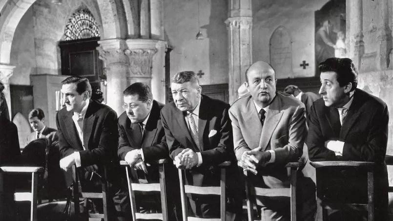 Les tontons en prière . De gauche à droite: Lino Ventura, Francis Blanche, Robert Dalban, Bernard Blier et Jean Lefebvre.