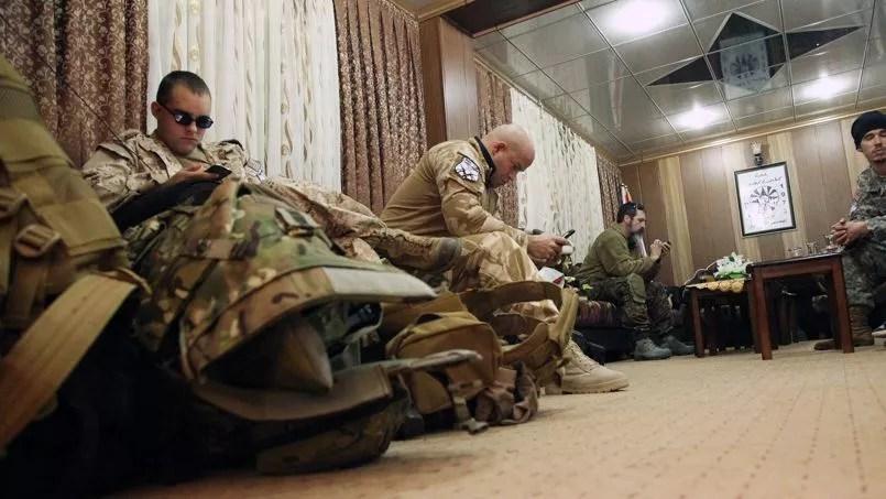 Des Occidentaux qui ont rejoint le groupe armée Dwekh Nawsha attendent dans les locaux du parti politique assyrien à Dohuk, en Irak le 15 février 2015.