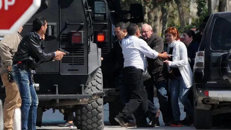 Des touristes sont évacués par les forces spéciales, le 18 mars 2015 à Tunis.