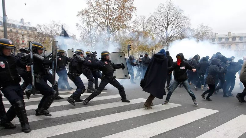 Des affrontements entre manifestants et forces de l'ordre, près de la place de la République, dimanche.