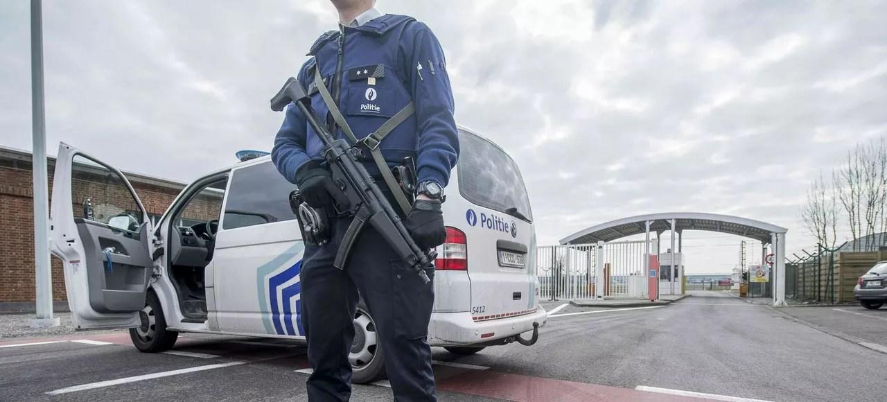 Un officier de police belge devant une entrée de l'aéroport de Zaventem à Bruxelles.